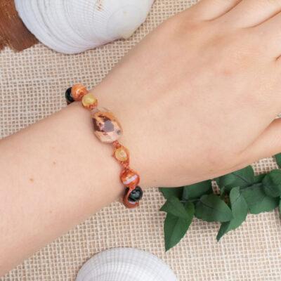 biżuteria handmade bransoletka agat płonący na nadgarstku