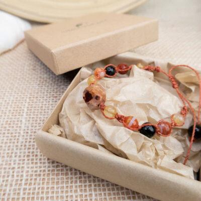 ekologiczne opakowanie biżuterii bransoletka z kamieni naturlanych