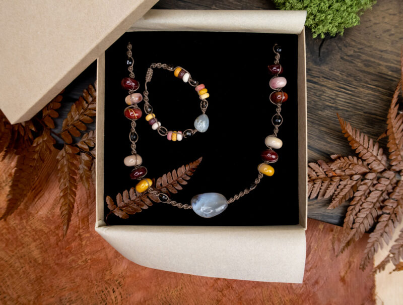 komplet biżuterii jesienne kolory zapakowany na prezent