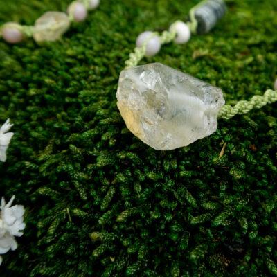 naszyjnik z surowym cytrynem zbliżenie na kamień