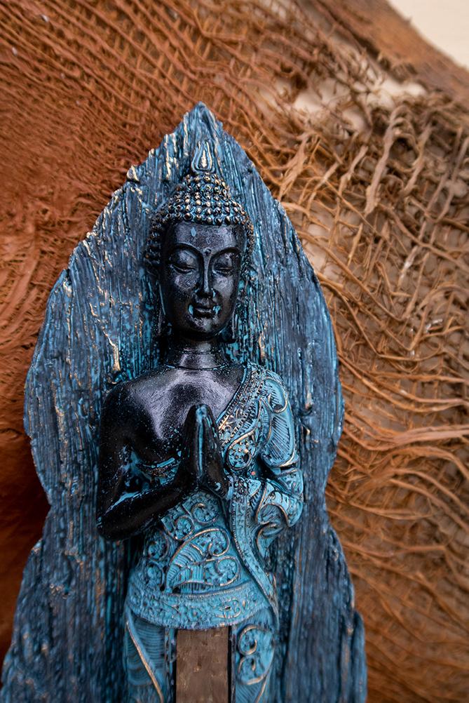 Stojący Buddha figurka ręce złożone anjali mudra