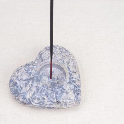 kamienna-podstawka-pod-kadzidło-rzeźbione-serce