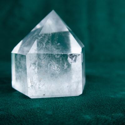 Kryształ górski szlifowany duży z fantomami i inkluzjami