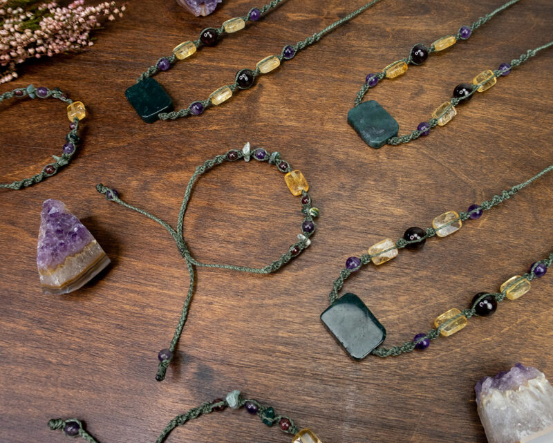 amulety-obfitość-biżuteria-naturalna-pleciona-z-intencją