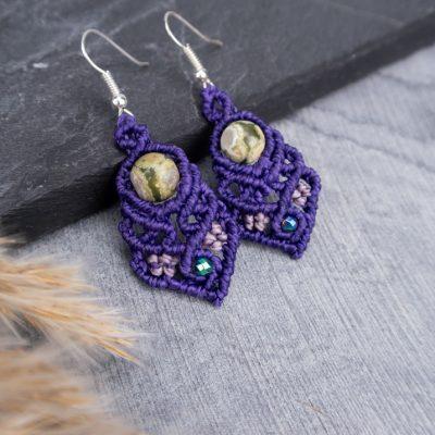 kolczyki-fioletowe-z-zielonym-kamieniem