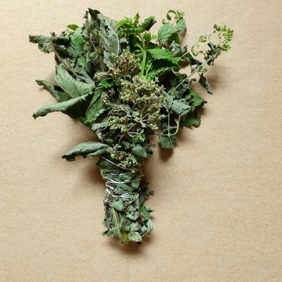 ręcznie robione ziołowe kadzidło pęczek melisa mięta oregano